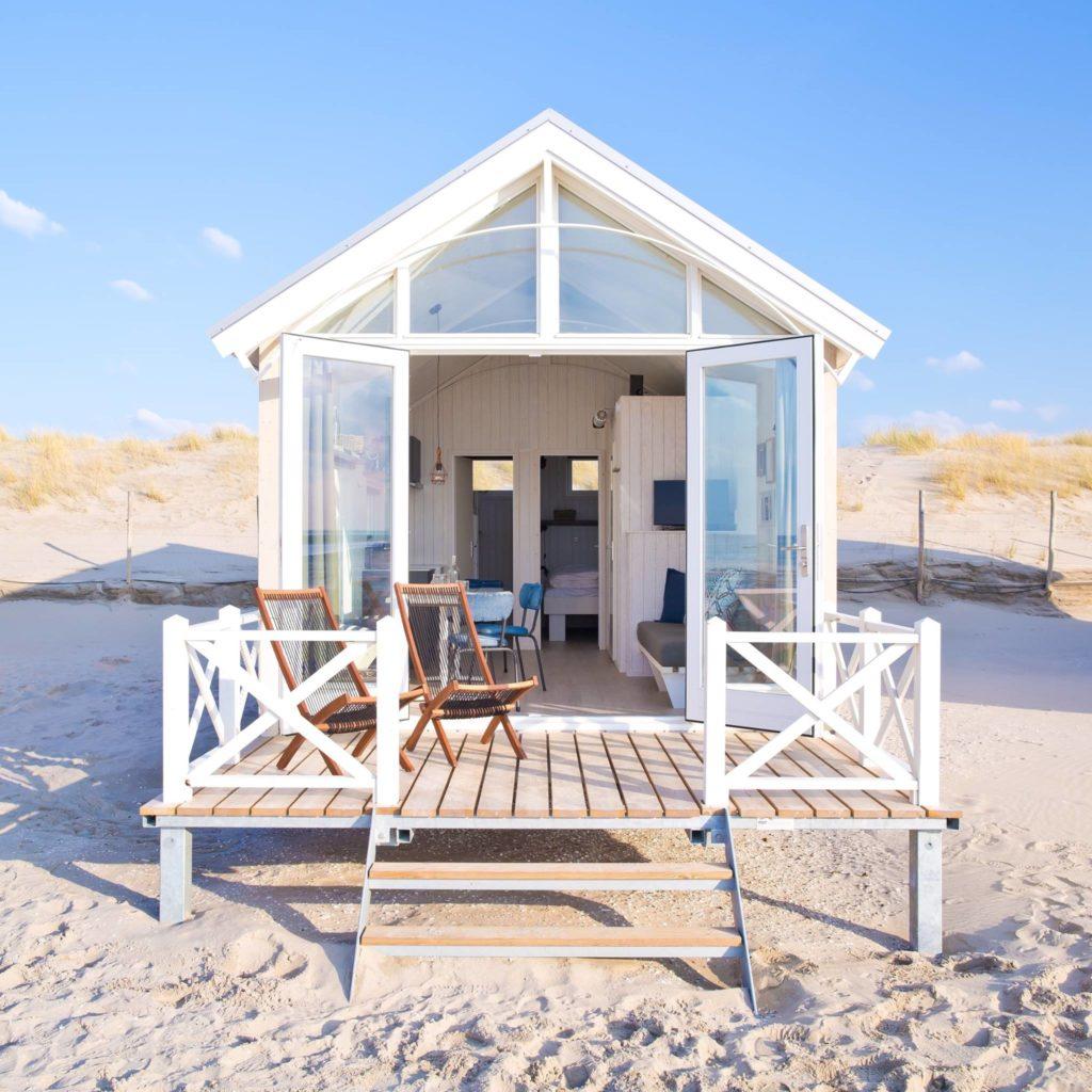 Dormir dans les dunes en hollande my travel dreams for Cabane de plage bois