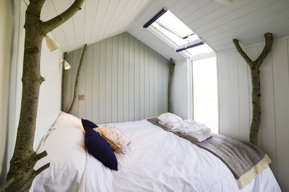 bed-with-floor-to-roof-window-lights-on_160715_094902