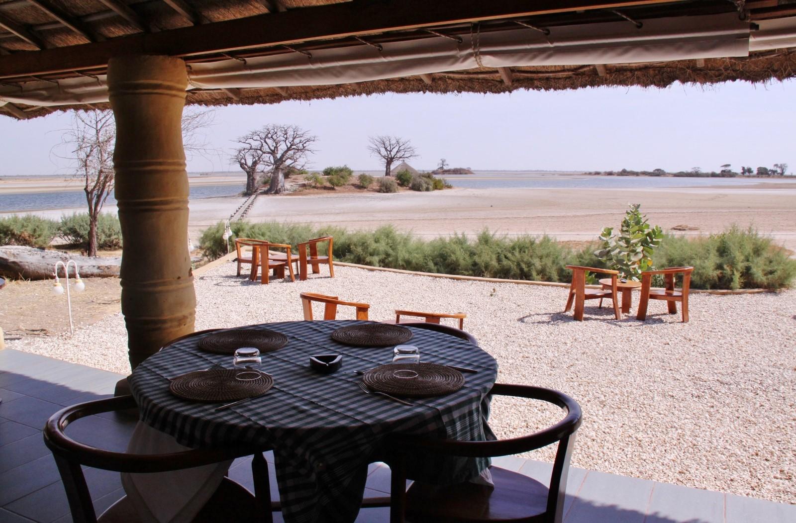 Niassam_lodge_restaurant-2-table ombragee